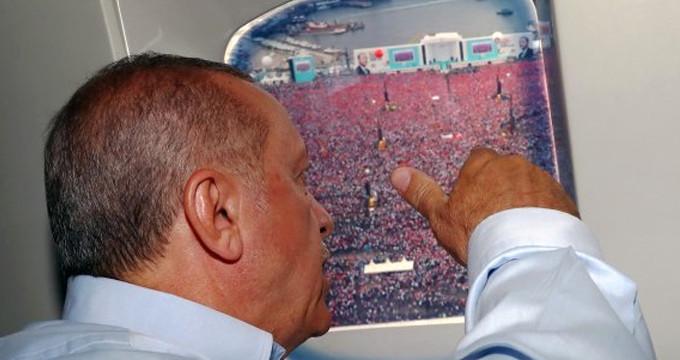 Erdoğan mitinge katılanları helikopterden selamladı
