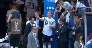 Kaybettikleri maçtan sonra verdiği bu poz, Almanları küplere bindirdi