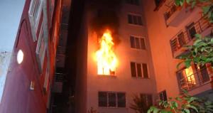 Terk edilen adam önce kendini bıçakladı sonra eşinin yaşadığı evi yaktı