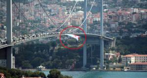 15 Temmuz Şehitler Köprüsüne asılan poster polisi harekete geçirdi