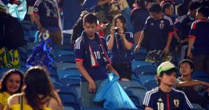 Japon taraftarlar maçın ardından tribünleri temizledi
