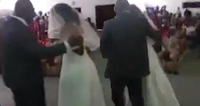 Öfkeli genç kız gelinlik giyip eski sevgilisinin düğününü bastı
