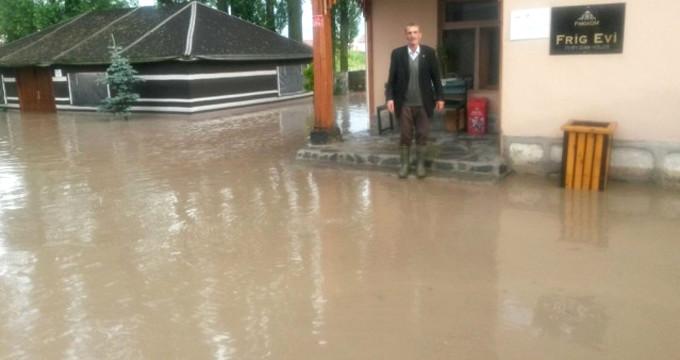 Yağışlar hayatı felç etti, sel suları caddelerde nehir gibi aktı