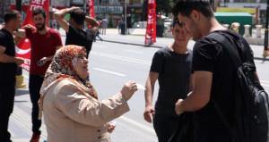 Sokak sokak gezip oğluna sosyal medya takipçisi arıyor!