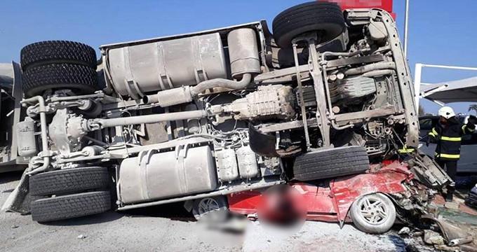 KKTC'de korkunç kaza! Çakıl dolu kamyon, otomobilin üzerine devrildi