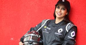 Tarihi kare! Suudi Arabistanlı kadın F1 aracının direksiyonuna geçti