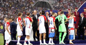 Kupa töreninde dikkat çeken şemsiye detayı!
