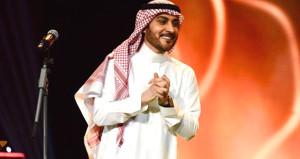 Sahneye koşup erkek şarkıcıya sarılan Suudi kadın gözaltına alındı!