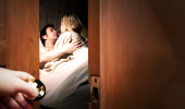 Eşi, sevgilisini eve getirdi: Seslerini duymamak için müzik açıyordum