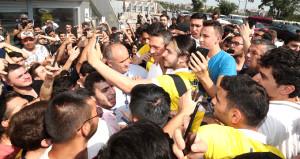 Fenerbahçeliler, gece stadın önünde yatıp sabah kombineleri aldı