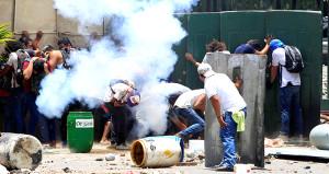 Halk ile polis karşı karşıya geldi, ölü sayısı 200ü geçti!
