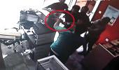 Saldırganlar, satmak istedikleri telefonu almayan genci sopalarla dövdü