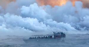 Yanardağdan püsküren lavlar, içi insan dolu tur teknesini eritti!