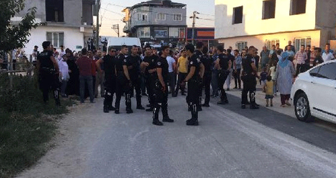 Kaçak gencin yakınları ile polis birbirine girdi: 3'ü polis 4 yaralı