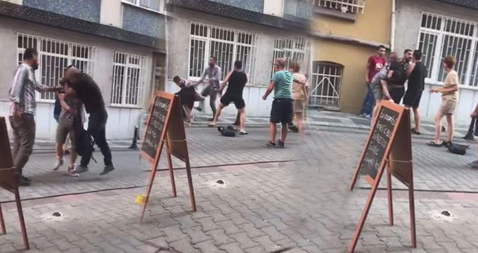 Kadınları taciz eden sapık, engellemek isteyenleri böyle dövdü!