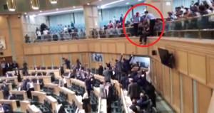 Mecliste intihar girişimi! Başbakan için kendini boşluğa bıraktı