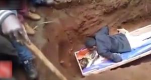 'Peygamber' mezara girip üzerine yattığı ölüyü böyle diriltmeye çalıştı