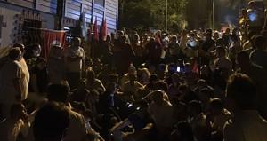 İYİ Partililer, Meral Akşener'in evinin önüne akın etti!
