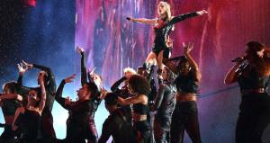 Yağmur altında konser veren Taylor, dans şovuyla mest etti