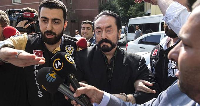 Adnan Oktar'ın gözaltı fotoğraflarında dikkat çeken makyaj detayı