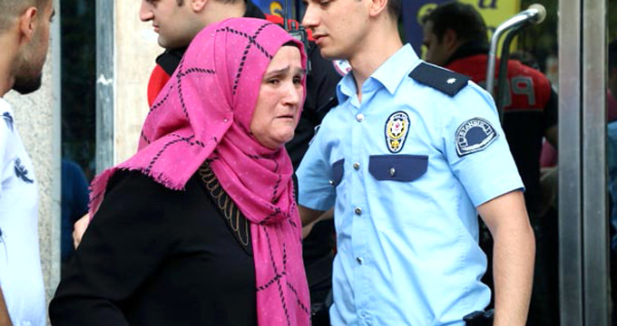 Oğlunu takip eden kadın, ortalığı yıkıp bıçağa sarıldı