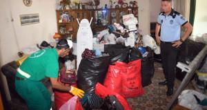 Evinde 10 kamyon çöp biriktirdi, sebebi ekipleri şaşkına çevirdi