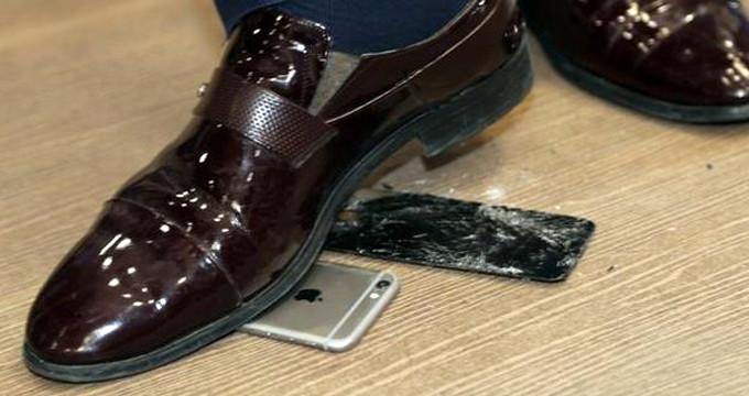 MHP'li isim, kameralar önünde telefonunu paramparça etti