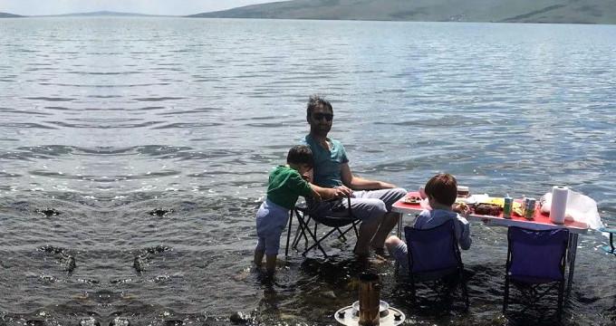 Türkiye'nin saklı cennetinde göl içine masa kurup semaver yaktı