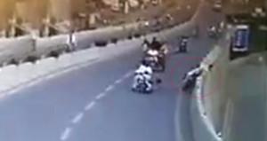Feci kazada savrulan motosikletli, köprüden aşağı böyle uçtu
