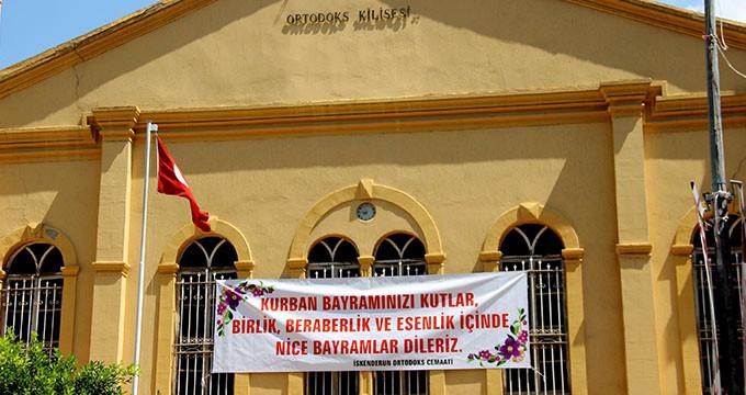 Kurban Bayramı'nı kutlamak için kiliseye pankart astılar
