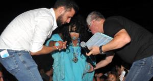 Halkın arasına karışan Ersoyun zor anları! Elbisesi parçalandı