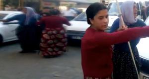 Polis, sopalarla kavgaya koşan kadınları tek sözüyle durdurdu!
