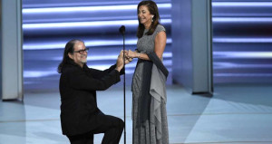 Emmy Ödüllerine damga vuran evlilik teklifinde yürek burkan detay