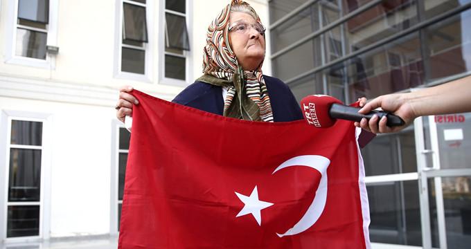 Yaşlı kadın, MİT'in yakaladığı teröristleri adliyede böyle karşıladı!
