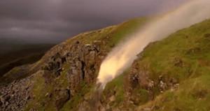Şiddetli rüzgara dayanamayan şelale ters aktı