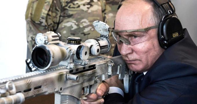 Sniper'ın başına geçen Putin, tüm hedefleri 12'den vurdu!