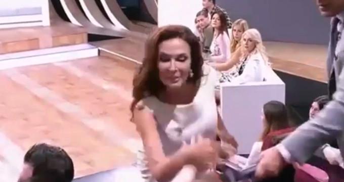 Ünlü oyuncu kendisine soru soran kadını, canlı yayında tokatladı!