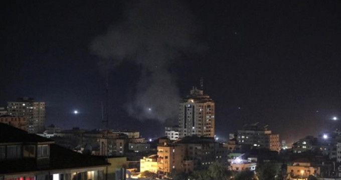 İsrail, Filistinli gençlerin üzerine bomba yağdırdı