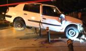 Dehşete düşüren kaza! Otomobil havada asılı kaldı