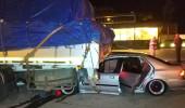Akıl almaz kazada TIR'ın altına giren araçtan sağ çıktılar!
