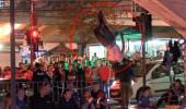 İntihar için köprüye çıkan genç adam, kalabalığı görünce şov yaptı!