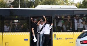Beşiktaşlı taraftarlar 32 otobüsle Kadıköye doğru yola çıktı!