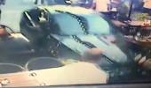 Çoluk çocuk dinlemedi, arabasıyla masaların arasına daldı!