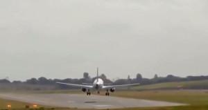 İniş yapmaya çalışan uçak, fırtınanın etkisiyle alçalamadı