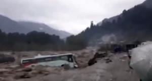 Yükselen sel suları, otobüsü içine alarak sürükledi