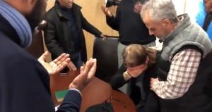 İslamiyete geçen Norveçli adam, gözyaşlarını tutamadı