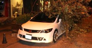 İstanbul'u rüzgar çarptı! Ağaç lüks arabanın üstüne devrildi