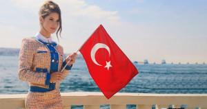 Türkiyeye gelen güzel model, ayağının tozuyla köy okulu boyadı