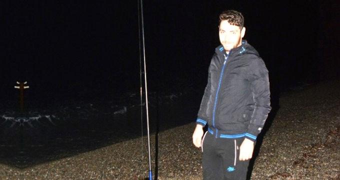 Amatör balıkçı, güçlükle çektiği oltanın ucundakini görünce şaşıp kaldı