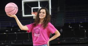 Anadolu Efes maçı pembe kıyafetle gelen kadınlara ücretsiz